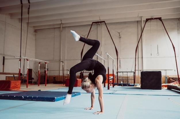 Entrenamiento de mujer para juegos olímpicos de gimnasia