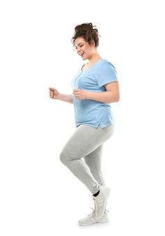 Entrenamiento de mujer con sobrepeso en superficie blanca