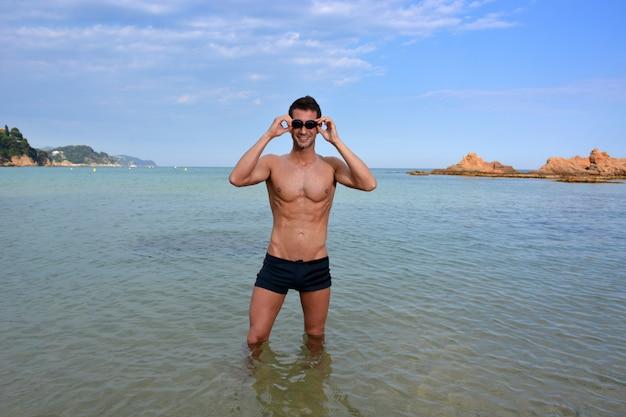 Entrenamiento de nadadores en la playa.