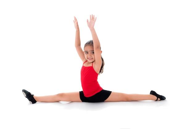 Entrenamiento de niña de gimnasia joven