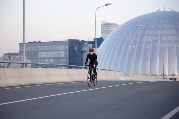 Entrenamiento nocturno de una ciclista en la ciudad.