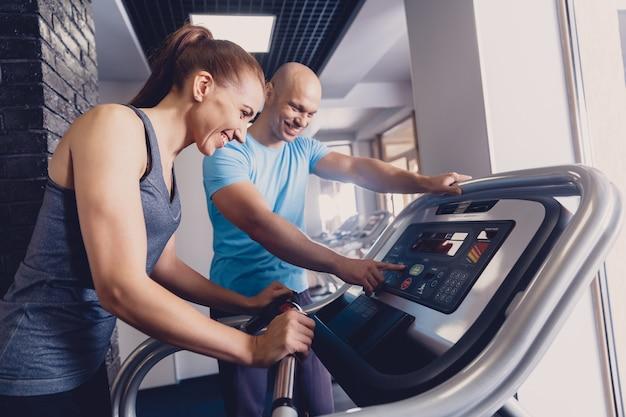 Entrenamiento personal con un entrenador en una cinta de correr.