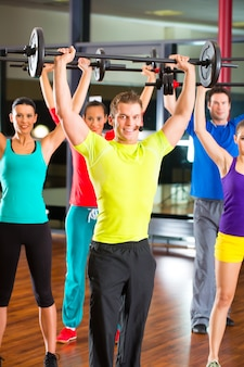 Entrenamiento con pesas en el gimnasio con pesas