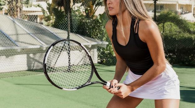Entrenamiento profesional de tenista irreconocible