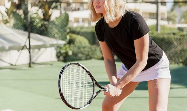 Entrenamiento de tenista irreconocible
