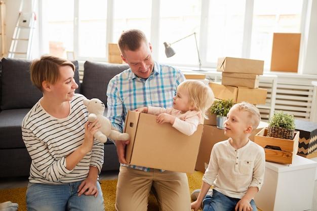 Entretener a un niño más joven en un nuevo hogar