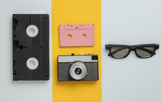 Entretenimiento y medios s objetos de la cultura pop sobre un fondo de papel coloreado vista superior