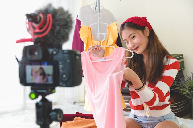 Entrevista de blogger de belleza joven asiática vlogger con película de cámara digital dslr profesional