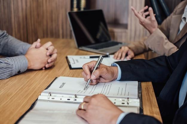 Entrevista con el empleador para pedir a un joven buscador de trabajo masculino para la contratación de hablar en la oficina