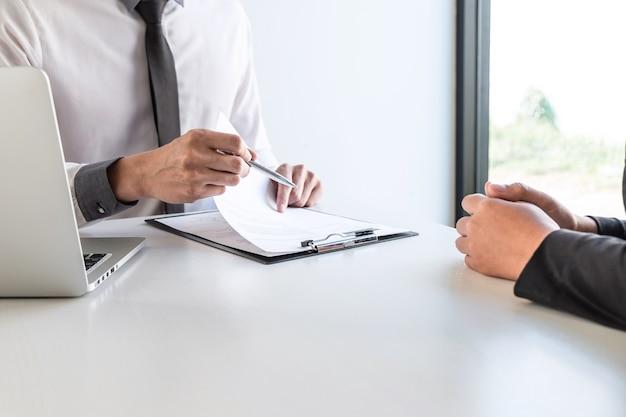 La entrevista del empresario considera una conversación de currículum sobre el perfil del candidato