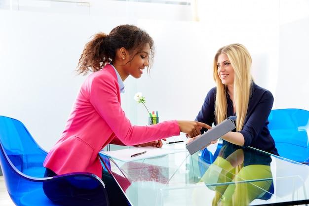Entrevista a mujeres empresarias reunida multiétnica.