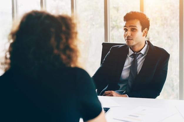 Entrevista de negocios por empresario y mujer en oficina