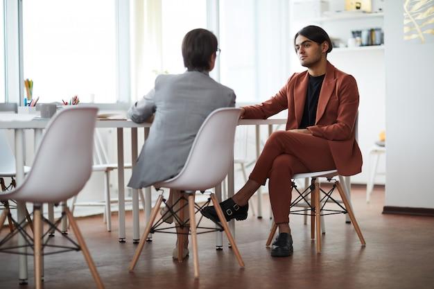 Entrevista de negocios en la oficina moderna