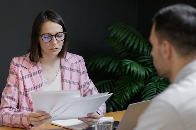 Entrevista o negociación exitosa y bella mujer de negocios en su entrevista de oficina