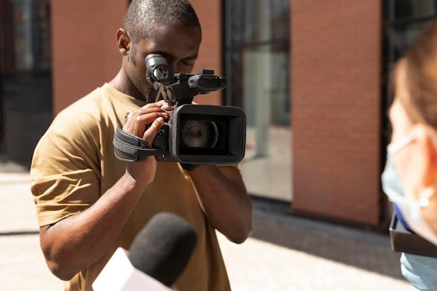 Entrevista de periodismo para noticias al aire libre