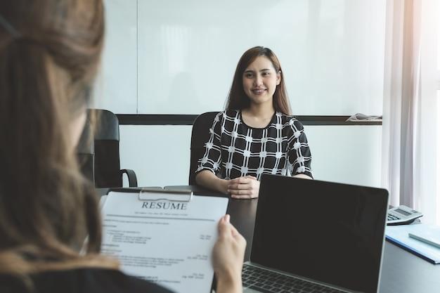 Entrevista de trabajo de discusión de recursos humanos con respuestas de mujeres que solicitan puestos de trabajo.