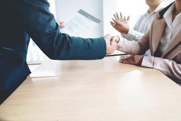 Entrevista de trabajo exitosa. boss y nuevos empleados handshaking