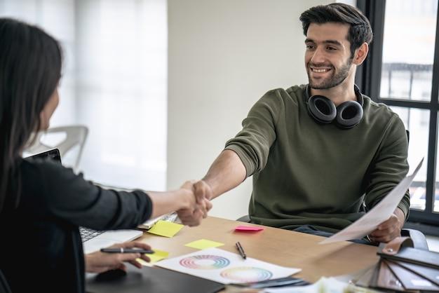 Entrevista de trabajo exitosa, gerente de jefe y apretón de manos del empleado