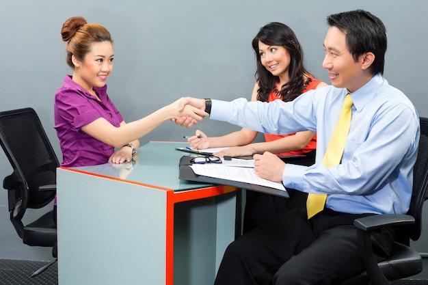 Entrevista de trabajo para un nuevo empleo o alquiler en la oficina asiática