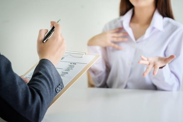 Entrevista de trabajo de rr. hh. con respuestas de mujeres que solicitan empleo.