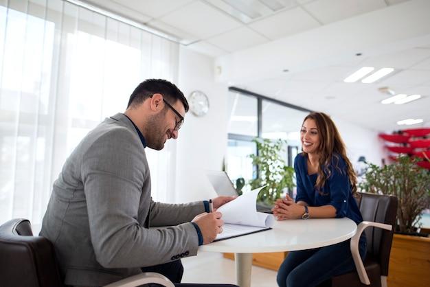 Entrevista de trabajo y selección de candidatos para el empleo.