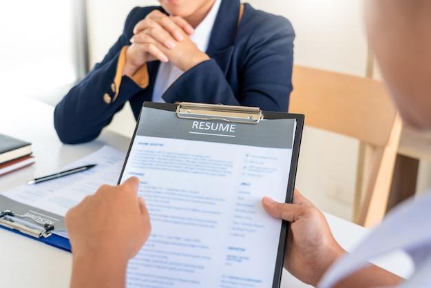 Entrevistar el trabajo y la contratación, candidata femenina en la entrevista de trabajo explicando su perfil