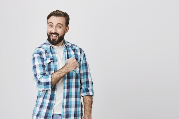Entusiasta adulto hombre barbudo puño bomba, aumenta la confianza
