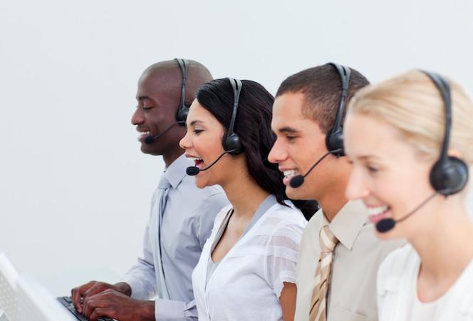 Entusiastas empresarios que trabajan en un centro de llamadas