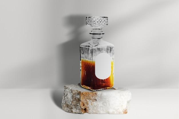 Envasado de bebidas alcohólicas de botella de whisky de cristal.
