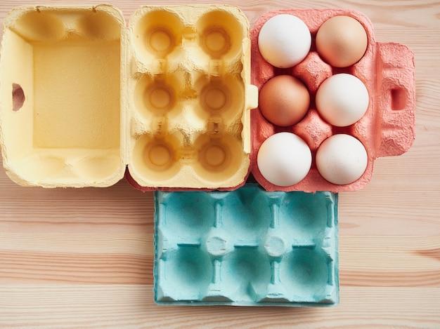 Envasado de huevos de colores. concepto de pascua. vista superior