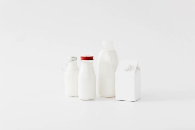 Envase de cartón blanco y botellas para líquidos.