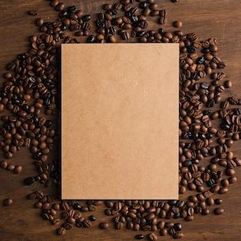 Envase de cartón y granos de café.