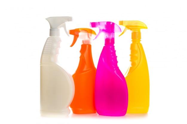 Envase de plástico del producto de limpieza para la casa limpia en el fondo blanco