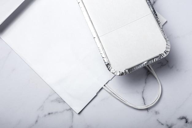 Envases de aluminio para comida para llevar preparados para su entrega en bolsas de papel reciclable