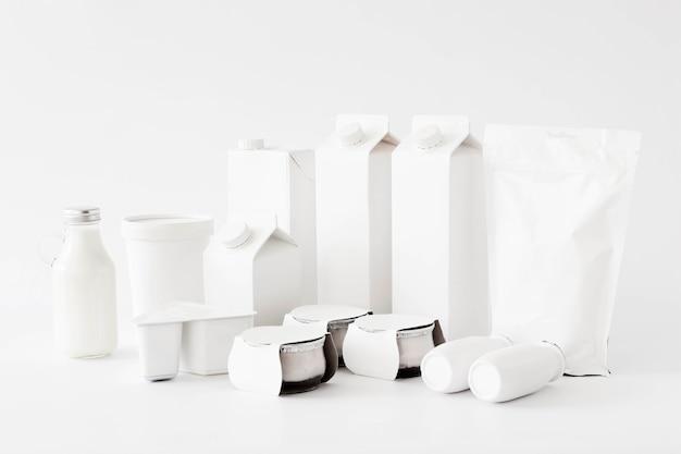 Envases de cartón blanco y botellas para líquidos.