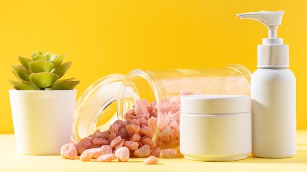 Envases de crema con piedras rosas