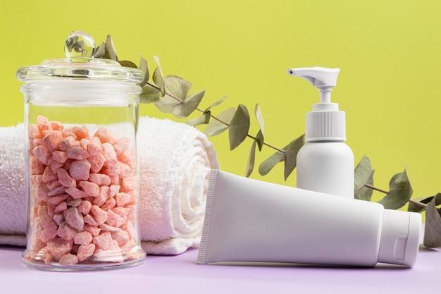 Envases de crema con toalla