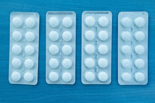 Envases de píldoras blancas de medicinas