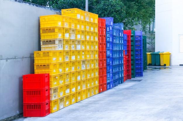 Envases de frutas coloridas apiladas al aire libre