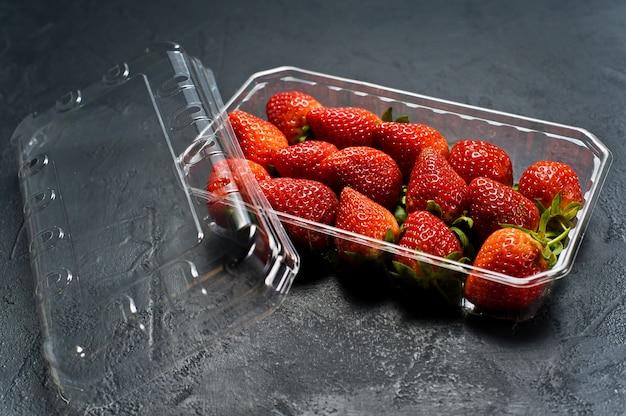 Envases de plástico de fresas.