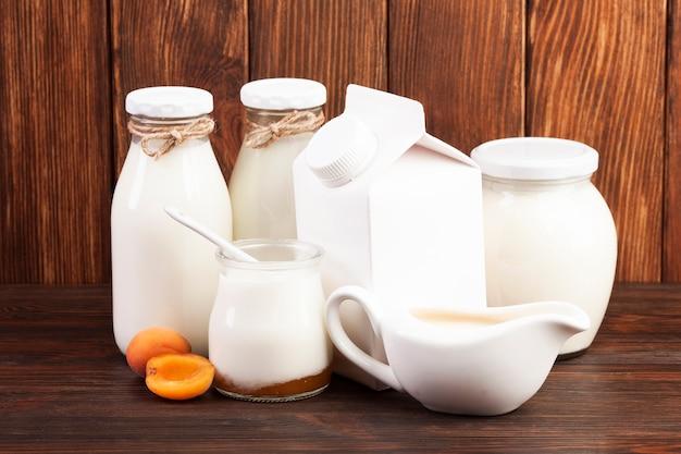 Envases de vidrio llenos de leche