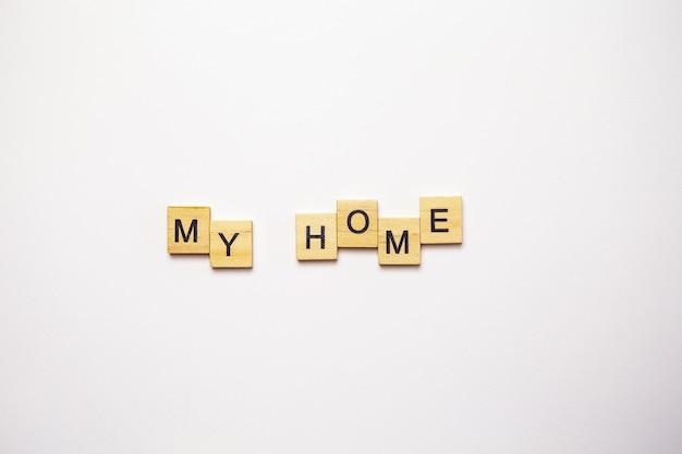 Envía un mensaje de texto a mi casa forrada con cubos de madera
