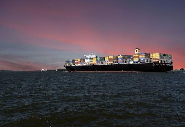 Enviar buques de carga de contenedores de arranque