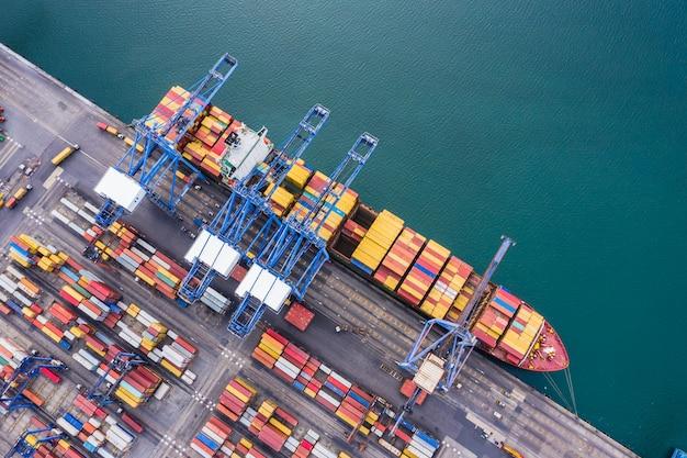 Envío puerto logística carga transporte importación exportación internacional mar abierto