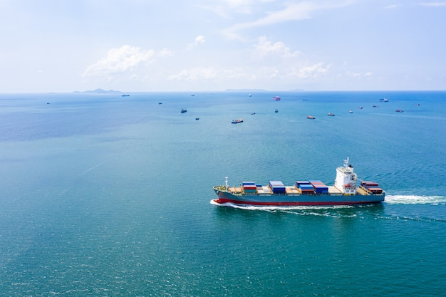 Envíos de carga logística de contenedores en mar abierto internacional