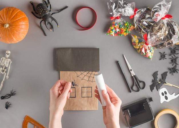 Envoltorio paso a paso de un regalo para halloween, pegue la araña de plástico