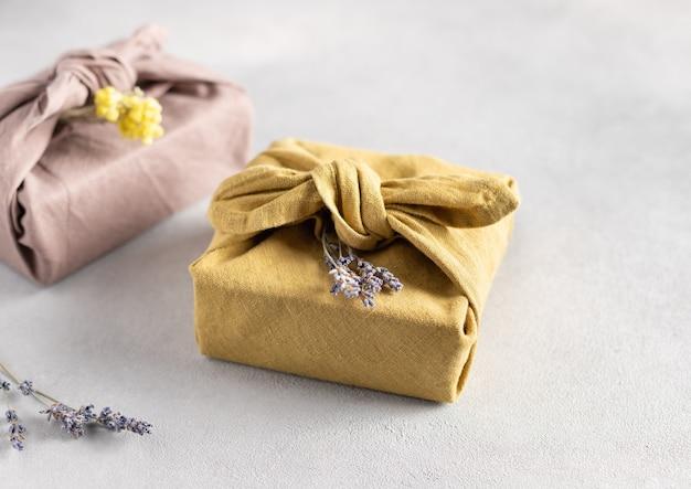 Envoltorio de regalo sostenible reutilizable en tejido de lino. regalos furoshiki