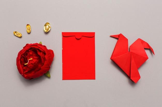 Envoltura entre la cabeza de la flor y el pájaro de origami