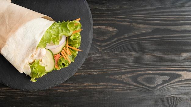 Envoltura de kebab con carne y verduras con espacio de copia