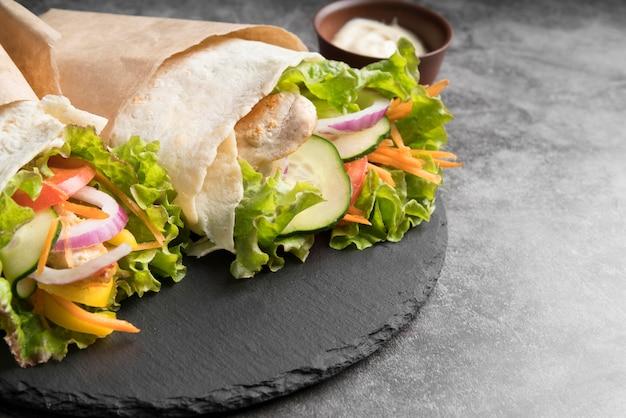 Envoltura de kebab con primer plano de carne y verduras